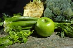 Vegetais e frutos verdes - aipo, maçãs, celer da raiz de aipo Foto de Stock