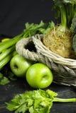 Vegetais e frutos verdes - aipo, maçãs, celer da raiz de aipo Fotos de Stock Royalty Free