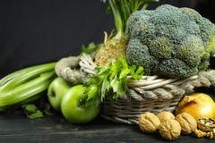 Vegetais e frutos verdes - aipo, maçãs, celer da raiz de aipo Imagens de Stock Royalty Free