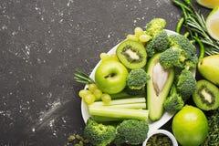 Vegetais e frutos verdes frescos no fundo escuro Desintoxicação, dieta ou conceito saudável do alimento Imagens de Stock Royalty Free