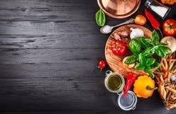Vegetais e ingrediente das especiarias para cozinhar o alimento italiano imagem de stock royalty free