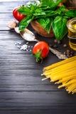Vegetais e ingrediente das especiarias para cozinhar o alimento italiano fotografia de stock royalty free