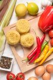 Vegetais e macarronetes coloridos no fundo de madeira Conceito do alimento fotografia de stock royalty free