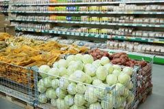 Vegetais e mantimentos no supermercado fotos de stock