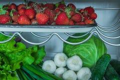 Vegetais e morangos no refrigerador Imagens de Stock
