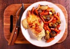 Vegetais e peito de frango do assado na placa fotos de stock royalty free