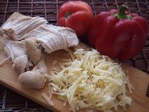 Vegetais e queijo da galinha em uma placa de madeira Imagens de Stock Royalty Free