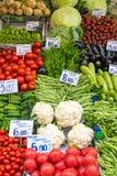 Vegetais e salada em um mercado Imagem de Stock
