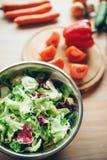 Vegetais e salada na tabela de madeira, ninguém imagem de stock