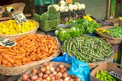 Vegetais e salada nas cestas em um mercado Imagens de Stock Royalty Free