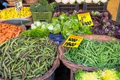 Vegetais e salada para a venda em um mercado Fotografia de Stock
