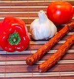 Vegetais e salsichas em uma tabela Foto de Stock Royalty Free