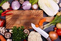 Vegetais e sementes na placa de madeira imagens de stock royalty free