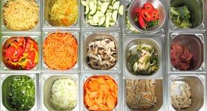 Vegetais em um contador refrigerado Foto de Stock