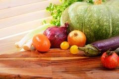 Vegetais em uma bandeja de madeira no dia ensolarado Estilo country Pum Imagem de Stock Royalty Free