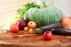 Vegetais em uma bandeja de madeira no dia ensolarado Estilo country Pum Imagens de Stock
