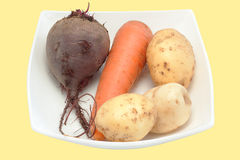 Vegetais em uma placa é isolado Imagens de Stock