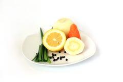 Vegetais em uma placa branca. Fotos de Stock