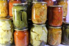 Vegetais enlatados em uns frascos Imagens de Stock