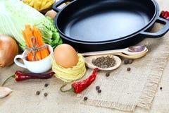 Vegetais, especiarias e utensílios da cozinha no pano de saco Fotos de Stock