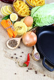 Vegetais, especiarias e utensílios da cozinha no pano de saco Foto de Stock