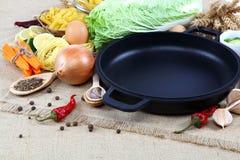 Vegetais, especiarias e utensílios da cozinha no pano de saco Fotografia de Stock Royalty Free