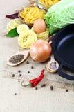 Vegetais, especiarias e utensílios da cozinha no pano de saco Imagens de Stock Royalty Free