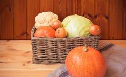 Vegetais frescos da exploração agrícola na cesta de vime e próximo Conceito comer saudável e cultivar orgânico imagem de stock royalty free