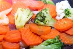 Vegetais fritados em uma frigideira Cenouras, brócolis e cauliflo Fotografia de Stock