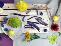 Vegetais, frutos, flores e folhas olorful do ¡ de Ð na superfície de texturas diferentes imagens de stock