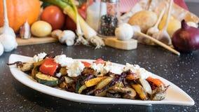 Vegetais grelhados deliciosos com queijo de cabra excelente fotografia de stock royalty free