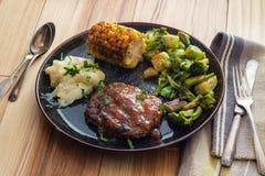 Vegetais grelhados do bife de Salisbúria fotografia de stock royalty free