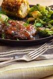 Vegetais grelhados do bife de Salisb?ria foto de stock