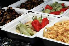 Vegetais grelhados e batatas fritadas Fotos de Stock Royalty Free