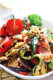 Vegetais grelhados e salada salmon fumada Foto de Stock Royalty Free