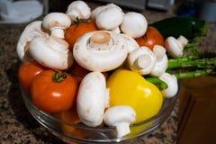 Vegetais lavados na bacia Foto de Stock
