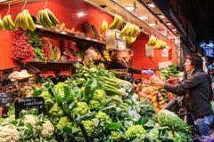 Vegetais locais da compra dos povos no mercado local Imagem de Stock