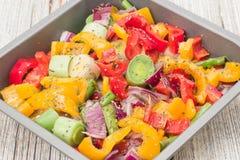 Vegetais misturados crus prontos para roasting fotos de stock royalty free