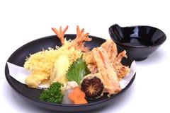 Vegetais misturados de Kani do calamar do camarão do Tempura, isolados nos vagabundos brancos Foto de Stock Royalty Free