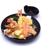 Vegetais misturados do seabass do calamar do camarão do Tempura, isolados no branco Imagem de Stock Royalty Free