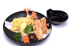 Vegetais misturados do seabass do calamar do camarão do Tempura, isolados no branco Imagens de Stock