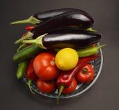 Vegetais na bacia de vidro fotografia de stock royalty free