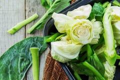 Vegetais na bandeja em de madeira Imagens de Stock