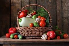 Vegetais na cesta Ainda vida com tomates e pepinos Foto de Stock