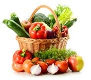 Vegetais na cesta de vime imagens de stock
