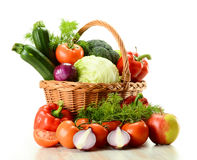 Vegetais na cesta de vime isolada no branco Imagens de Stock