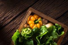 Vegetais na madeira foto de stock royalty free
