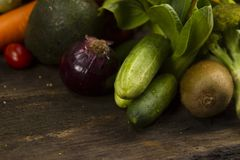 Vegetais na madeira na cozinha orgânica imagem de stock royalty free