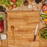Vegetais na placa de corte Foto de Stock