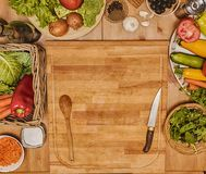 Vegetais na placa de corte Foto de Stock Royalty Free
